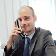Lukas Jozefowicz telefoniert mit Bewerbern für Jobs in Pflege