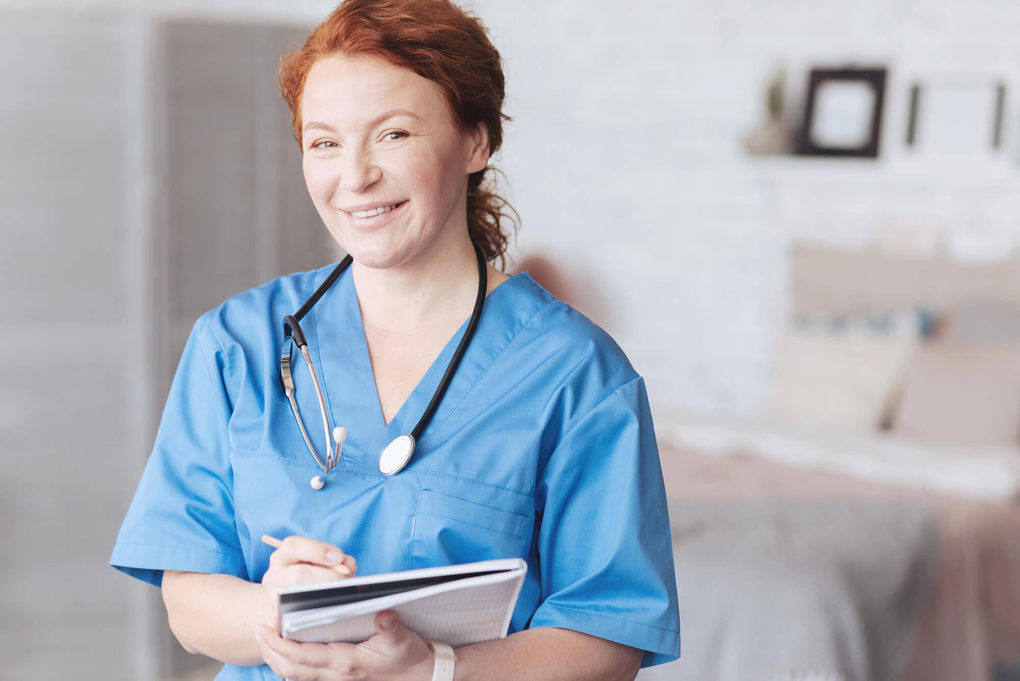 Jobs in Pflege: Lächelnde Krankenschwester von PROMIND medical in Zeitarbeit