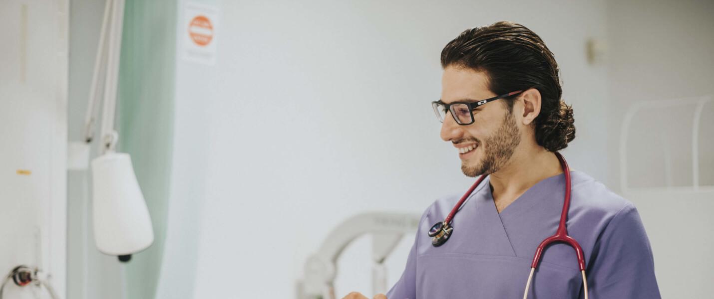 Krankenpflegehelfer der PROMIND medical in Magdeburg dokumentiert Pflege