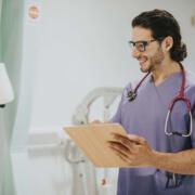 Pflegehelfer der PROMIND medical in Magdeburg dokumentiert Pflege