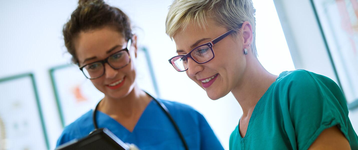 examinierte Pflegefachkräfte in Magdeburg besprechen sich