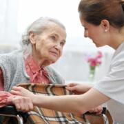 Altenpflegehelfer /-in für Senioreneinrichtung in Magdeburg betreut Seniorin