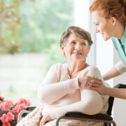 Altenpfleger /-in für Senioreneinrichtung in Magdeburg betreut Seniorin